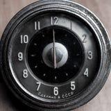 Gamla retro klockor, mekanisk bil för tappning håller ögonen på närbild fotografering för bildbyråer