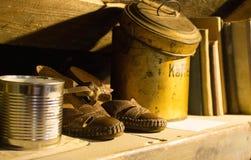 Gamla retro lädersandaler och tenn- can för lösa produkter Arkivbilder