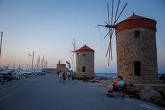 Gamla Rhodes väderkvarnar i Mandraki port fotografering för bildbyråer