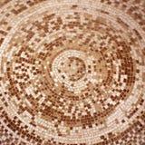Gamla roman keramiska tegelplattor för beiga- och bruntmosaik i cirkelmodell royaltyfria bilder