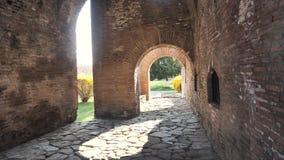 Gamla roman väggar för tegelstenbyggnad med stenlagt vaggar stock video