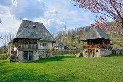 Gamla romanian bondehus i bymuseet, Valcea, Rumänien Arkivfoton