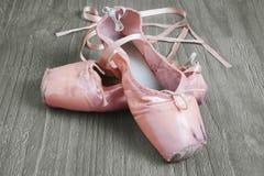 Gamla rosa balettskor Arkivfoton
