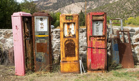 Gamla rosta gaspumpar grundar i ett antikt lager i nytt - Mexiko Royaltyfria Foton