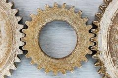 Gamla rostiga anfrätta kugghjul för industriell maskinmakro Arkivfoton