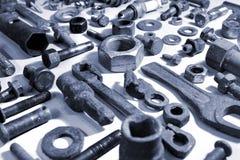 Gamla rostiga bultmuttrar och mekaniska delar Arkivfoto