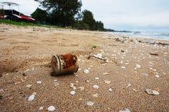 Gamla rostiga cans på stranden Royaltyfria Bilder