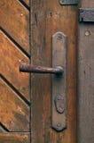 Gamla rostiga dörrmonteringar Arkivbild