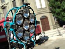 Gamla rostiga etappstrålkastare på etappen Utrustning för reflektor för ljus för tappningbudstudio i en ställning för bio, filmer royaltyfri fotografi
