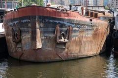 Gamla rostiga fartyg som förtöjas på floden Royaltyfri Fotografi