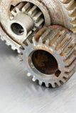 Gamla rostiga funktionsdugliga kugghjul på industriell metallbakgrund Fotografering för Bildbyråer