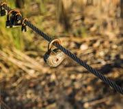 Gamla rostiga hänglås som symbol av evighetförälskelse Arkivfoton