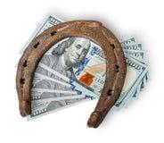 Gamla rostiga hästsko och pengar Arkivfoton