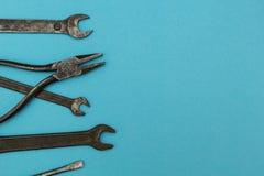 Gamla rostiga hjälpmedel, utrymme för text royaltyfri fotografi