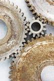 Gamla rostiga industriella kugghjul av det olika formatmakroskottet Royaltyfria Foton