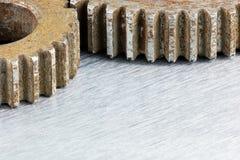 Gamla rostiga industriella kugghjul på metallbakgrundsmakro Arkivbild