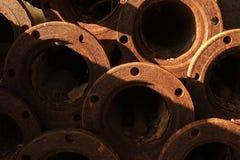 Gamla rostiga industriella vattenrör Arkivbild