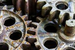 Gamla rostiga kugghjul, maskineridelar, closeup Arkivbild