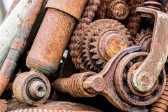 Gamla rostiga kugghjulhjul och tandhjul som detaljer av maskinen Arkivbilder