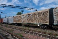 Gamla rostiga lastvagnar på järnvägsstationen Arkivbild