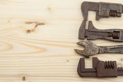 Gamla rostiga mekanikerhjälpmedel på en träbakgrund Annonsering för nya hjälpmedel Försäljningshjälpmedel Royaltyfri Foto