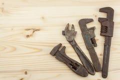 Gamla rostiga mekanikerhjälpmedel på en träbakgrund Annonsering för nya hjälpmedel Försäljningshjälpmedel Royaltyfri Fotografi