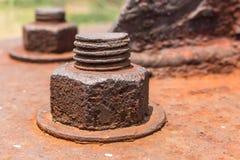Gamla rostiga metallmuttrar låste med rost och gamla bultar för korrosion Arkivfoto