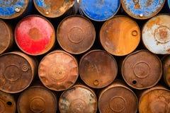 Gamla rostiga olje- trummor Arkivbilder