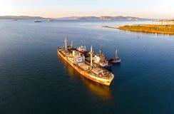 Gamla rostiga skepp sid - förbi - sidan Skeppsbrott i Grekland arkivfoto