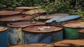 Gamla rostiga trummor med fat för olje- produkter lager videofilmer