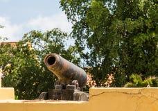 Gamla Rusty Cannon på murbrukväggen Arkivbilder