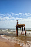 Gamla Rusty Crane At Sea Shore Royaltyfri Bild