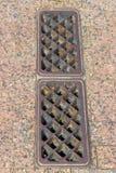 Gamla Rusty Sewer Drain på en parkeringsramp Arkivbilder