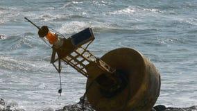 Gamla Rusty Yellow Buoy Lies på kusten av en Rocky Beach thailand Pattaya askfat lager videofilmer