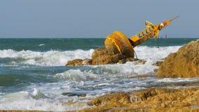 Gamla Rusty Yellow Buoy Lies på kusten av en Rocky Beach thailand Pattaya askfat stock video