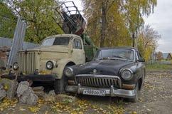 Gamla ryska bilar Volga GAZ 21 och lastbil GAZ51 Arkivfoto