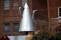 Gamla Salem, NC: Skulptur för tennkaffekruka Royaltyfri Bild