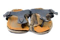 Gamla sandaler över vit Arkivbilder