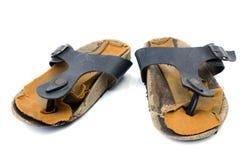 Gamla sandaler över vit Arkivbild