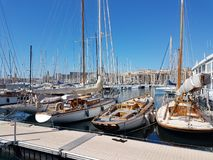 Gamla seglingyachter förtöjde i marina av den Marceille staden Royaltyfria Bilder