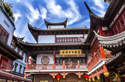 Gamla Shanghai inhyser röda tak Yuyuan Kina Arkivbild