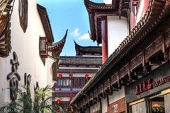 Gamla Shanghai inhyser röda tak Yuyuan Kina Arkivbilder