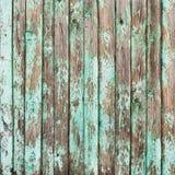 Gamla sjaskiga träplankor med sprucken målarfärg Arkivbilder