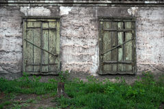 Gamla skadade fönster, grungefönster, textur, gammalt hus Arkivfoto