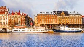 Gamla skepp på vinterinvallningen av Stockholm sweden Royaltyfria Bilder