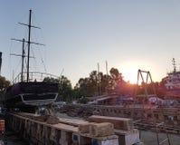 Gamla skepp repareras på skeppsdockasolnedgången Royaltyfria Foton