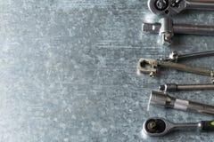 Gamla skiftnyckel och hjälpmedel och motorreservdelar arkivbilder