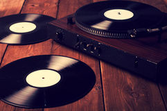 Gamla skivspelare- och grammofonrekord Royaltyfri Bild
