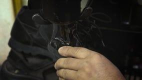 Gamla skor för skomakarereparation lager videofilmer