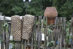 Gamla skor hänger på staketet och torkade Ryska retro skor Skor förfäder Royaltyfria Bilder